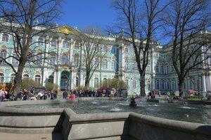 Достопримечательности Санкт-Петербурга: фонтан перед Зимним дворцом