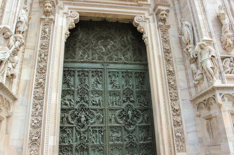 Медные ворота в здание храма Duomo di Milano