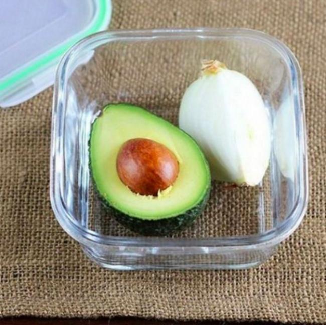 Авокадо непотемнеет, если вместе сним вконтейнер положить четвертинку луковицы. Лук замедл