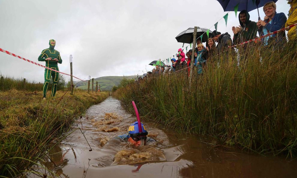 Но чтобы пересечь финишную черту, плавать в грязи недостаточно. Любителям болотных канав необходимо