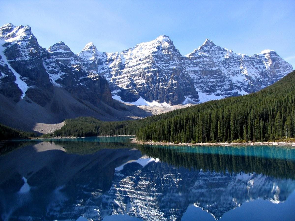 27. Полюбуйтесь отражением Скалистых гор в озере Морейн в национальном парке Банф, Канада.