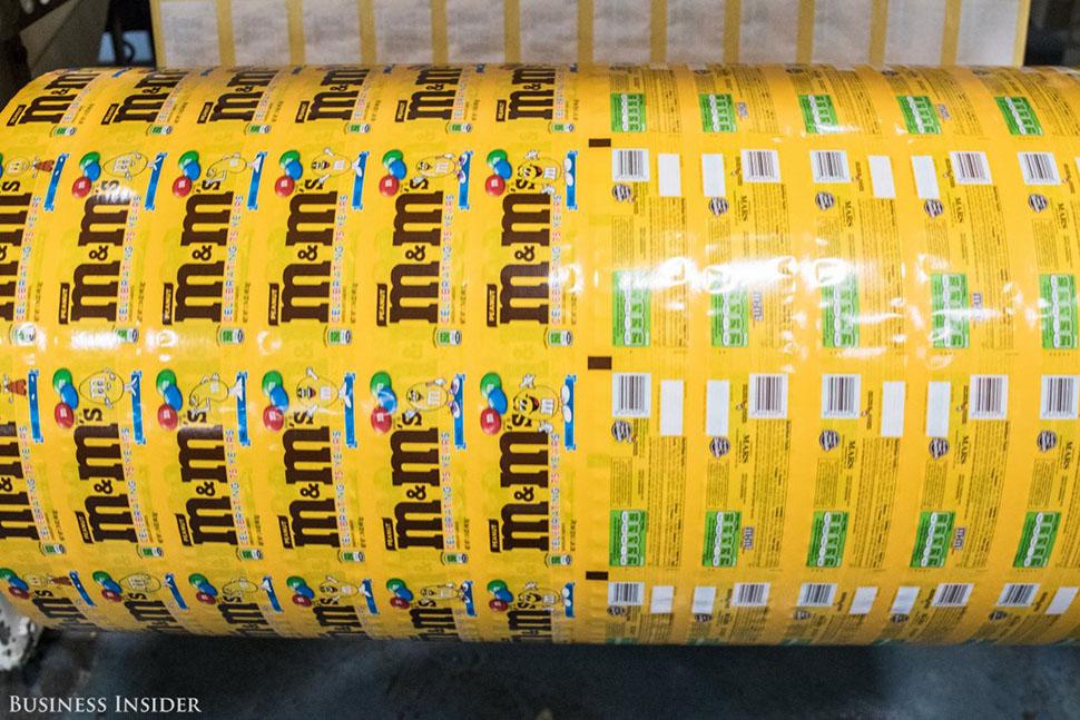 Как только на всех конфетах проставлена буква «M», партия расфасовывается по упаковкам и поставляетс