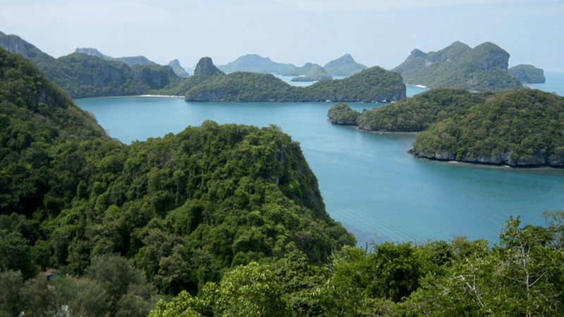 Практически нетронутую природу можно найти на архипелаге Анг Тхонг, что расположен примерно в 30 км.
