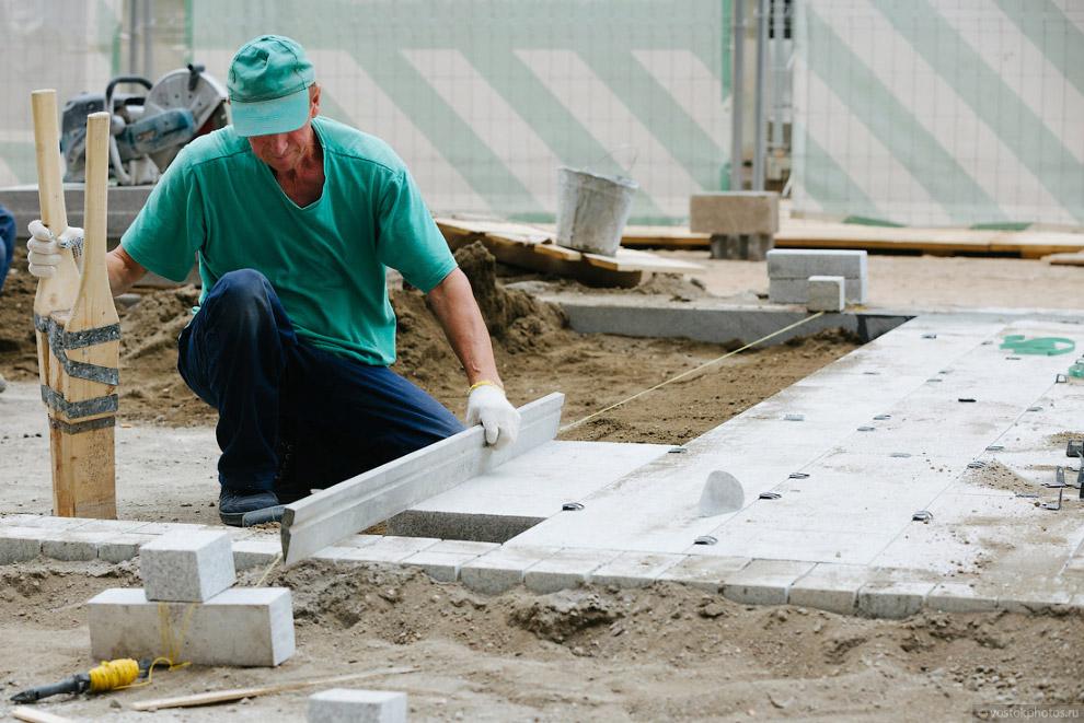 20. На бетонное основание перед укладкой плитки наносится подсыпка из смеси. Это увлажненная бе