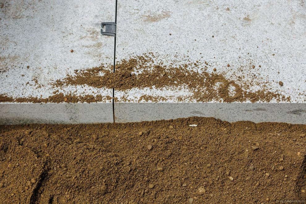 23. Небольшие плиты трамбуют резиновым киянками. Но большой камень киянкой не пробить, и тут в