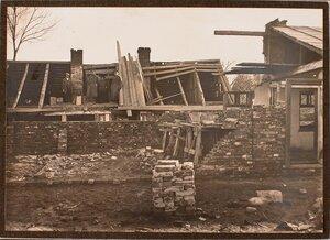 Группа военных и гражданских лиц у дома, разрушенного бомбой (сброшенной летчиком 6-го декабря 1914 г. на Страхорской улице).