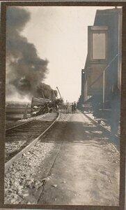 Пожар вблизи железнодорожного полотна, возникший после взрыва емкости с бензином.