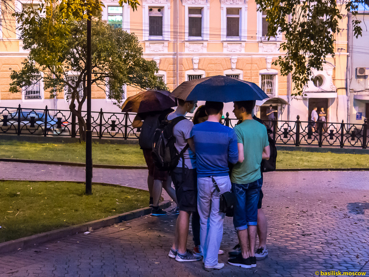 Охотники за покемонами на Китай-городе. Москва. Июль 2016