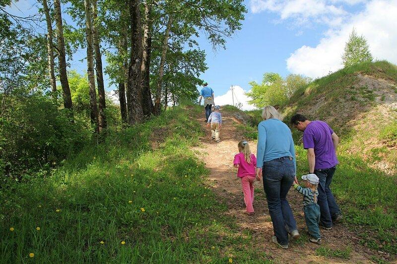 Участники похода с детьми на склоне реки Вятки у дер. Мокино