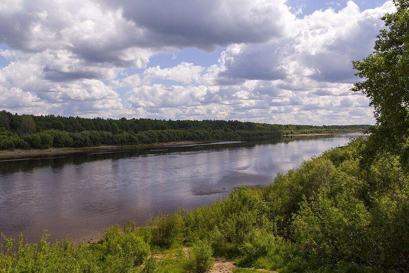 летний пейзаж реки Вятки у дер. Мокино и облака