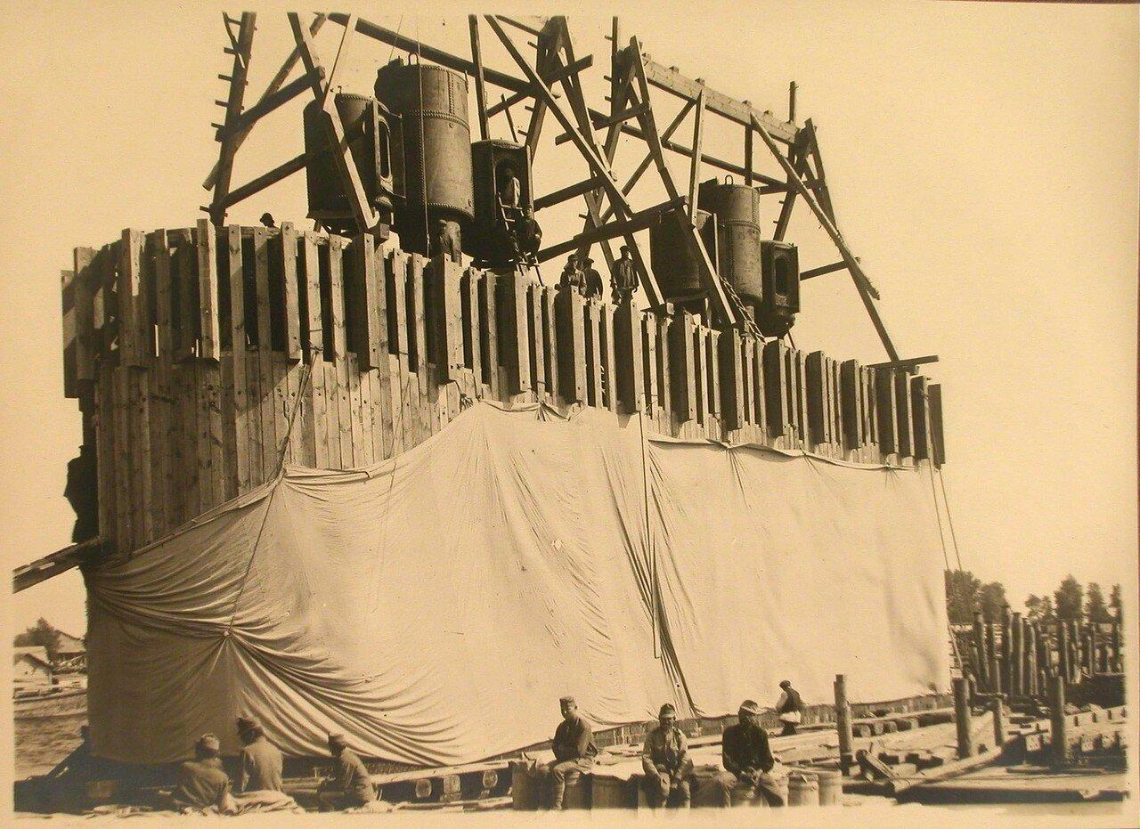 07. Рабочие натягивают брезент на кессон перед погружением его на дно