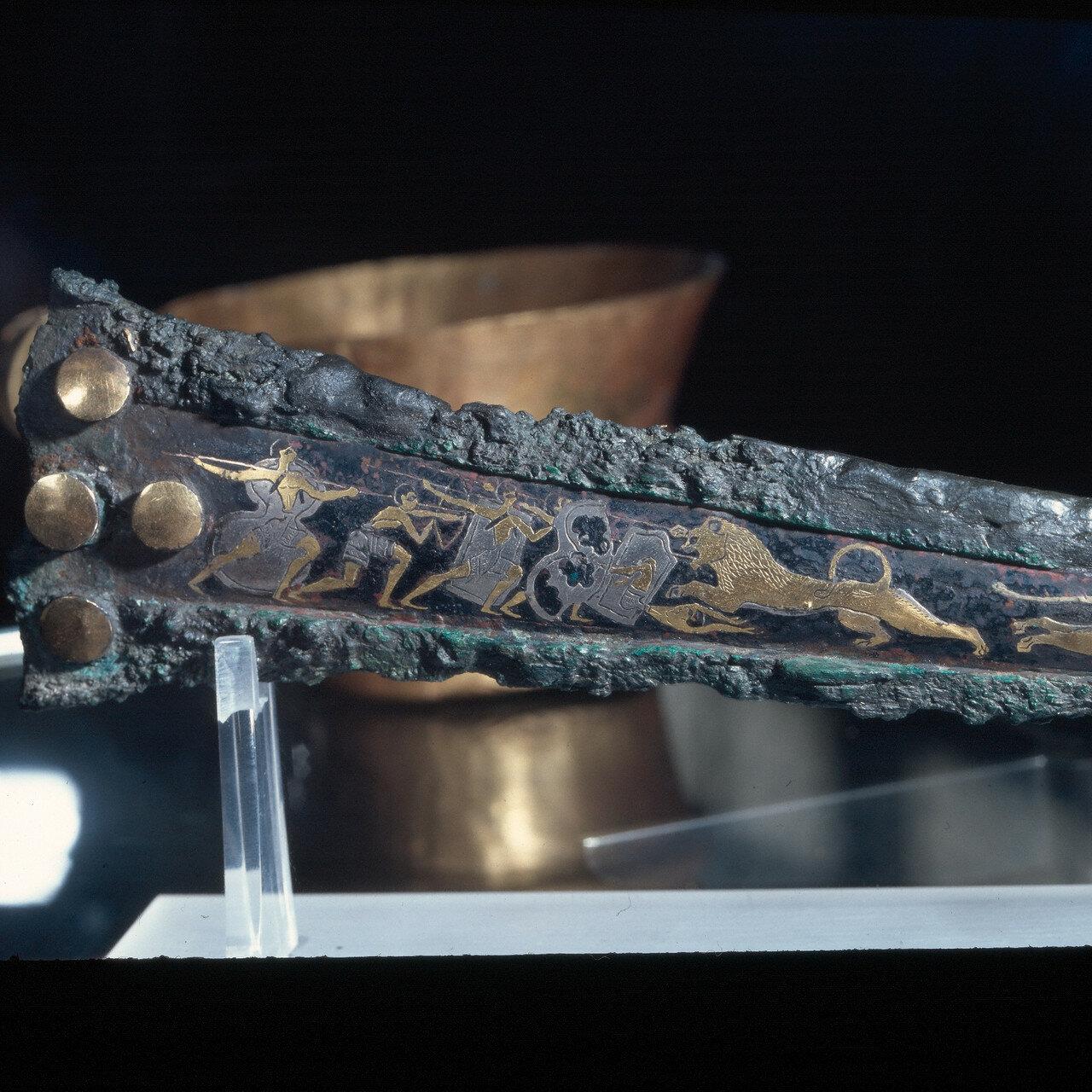 Микенский кинжал из могилы IV. Охота на львов. Бронза, инкрустированная золотом, серебром, электрумом, чернью. Конец XVI в. до н.э. Инв 394.