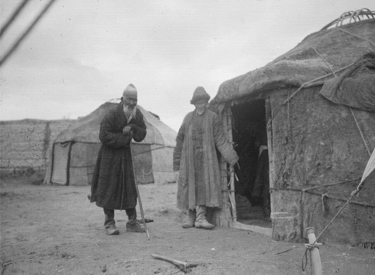 Два старых киргиза перед юртой