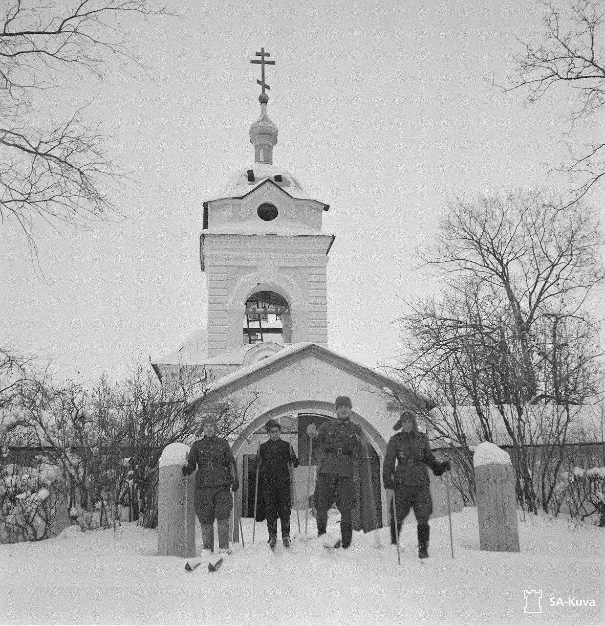 1942. Лыжники
