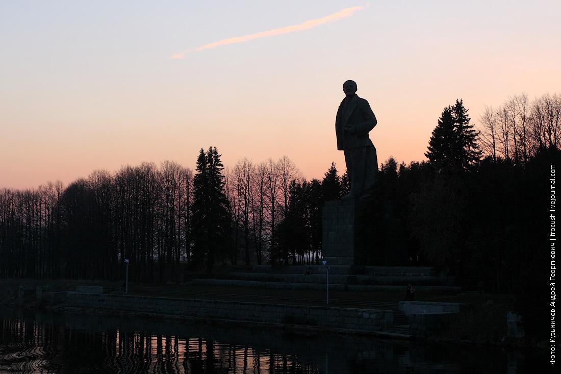 памятник Ленину в Дубне перед шлюзом