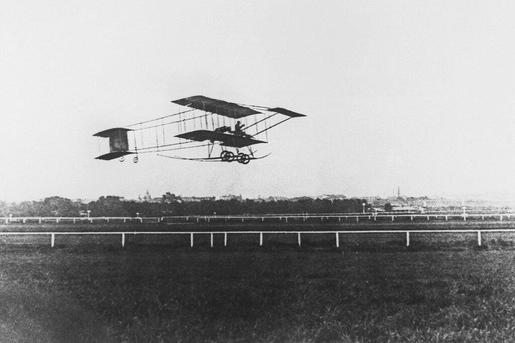 Полет одного из первых русских авиаторов Сергея Уточкина над Ходынским полем, 1912 год.jpg
