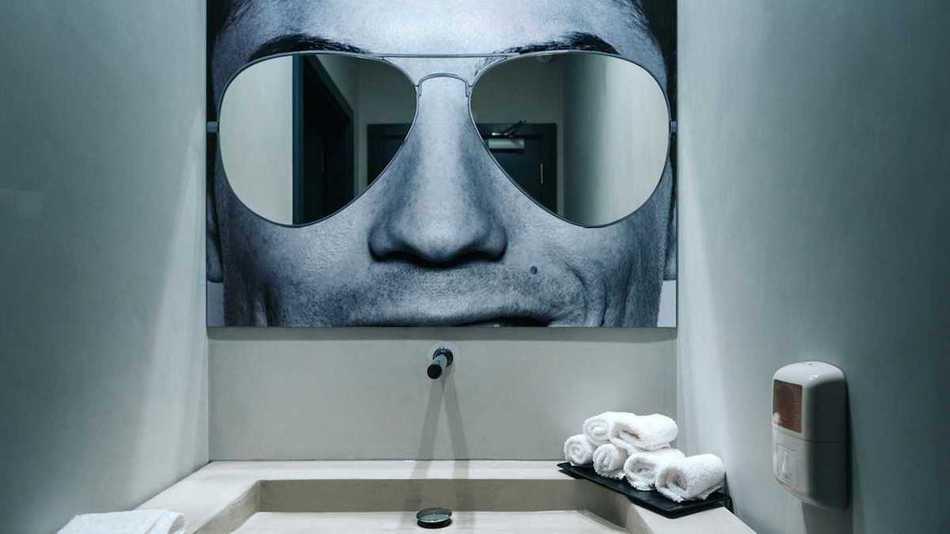 А в этой ванной комнате зеленые текстурированные стены имитируют траву на футбольном поле.