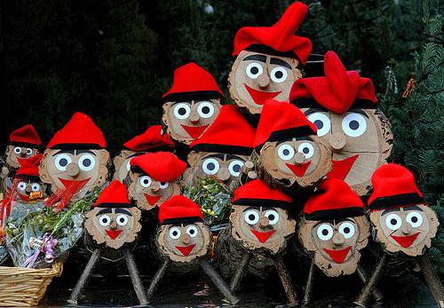 Испания Тио де Надаль — деревянное бревно с улыбающимся личиком в красной каталонской шапке. Его так