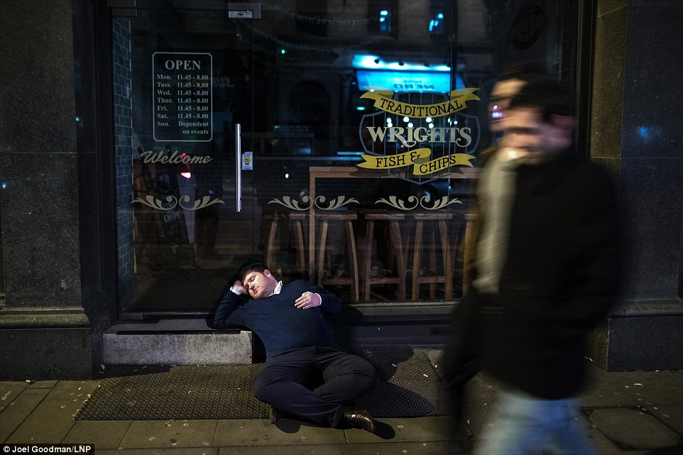 Пьянство, драки и увечья — как в Великобритании провели «Пятницу фингалов» (12 фото)