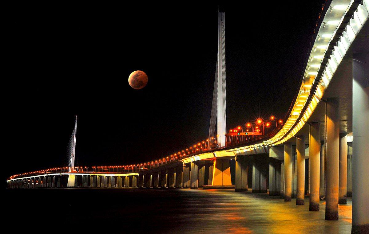 Чживэн Хуан, Китай. Специальный приз «Города: архитектура и пространства». Восходящая красная луна о