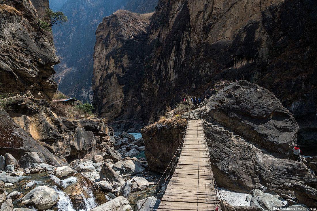 Проход по мосту, конечно, платный.