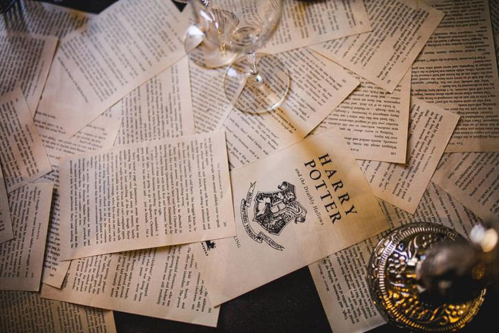 Накрытые столы были усыпаны страницами из книг Роулинг.