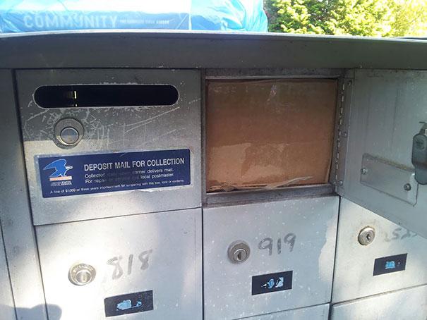 Посылка идеально вошла в почтовый ящик. Только как теперь ее оттуда достать?