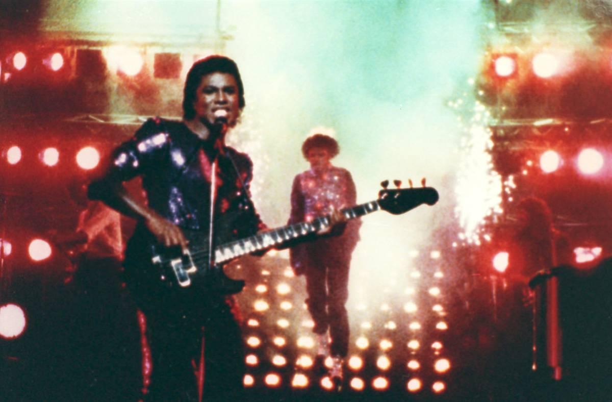 Майкл Джексон (на заднем плане) во время съемок рекламы «Пепси», когда у него загорелись волосы, а е