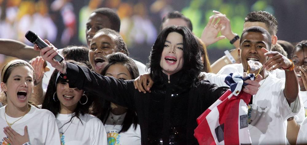 Джексон поет вместе со своими юными фанатами во время награждения World Music Awards в Лондоне 16 но