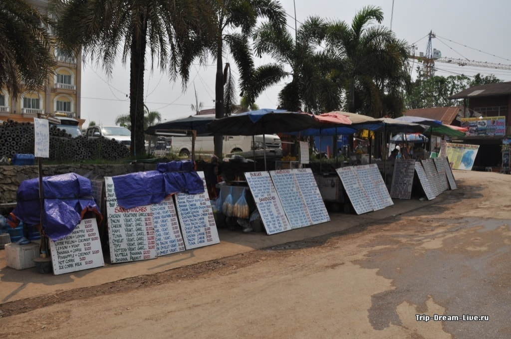 Продавцы багетов на центральной улице