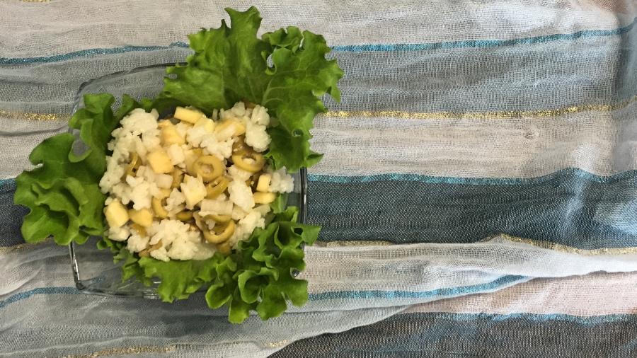 Рисовый салат с оливками и сыром