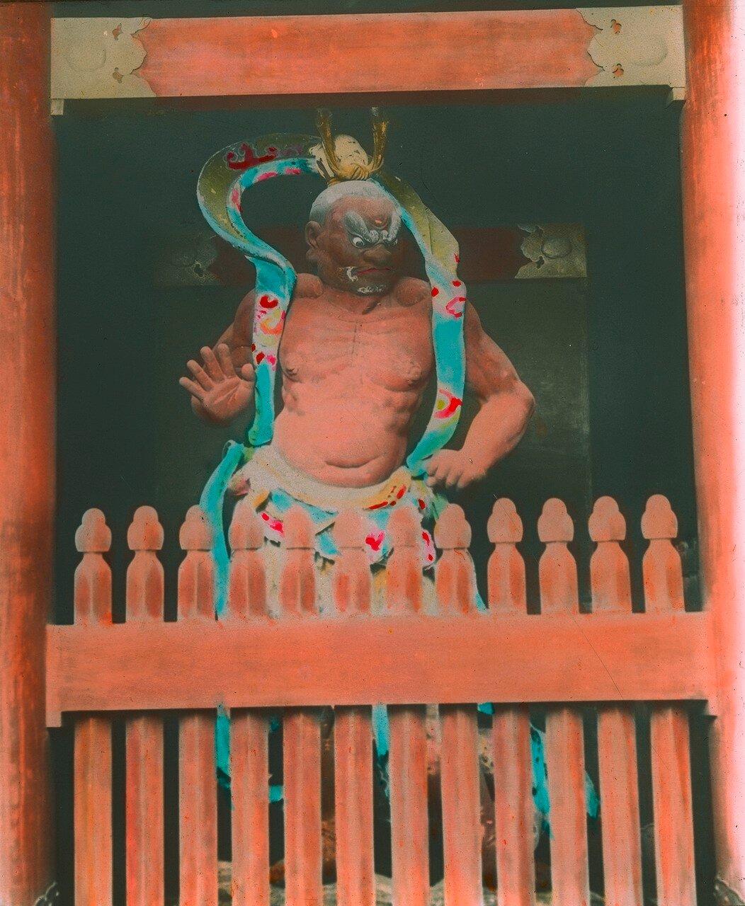 Никко. Тосё-гу. Статуя божества у первого входа в Ёмэй-мон