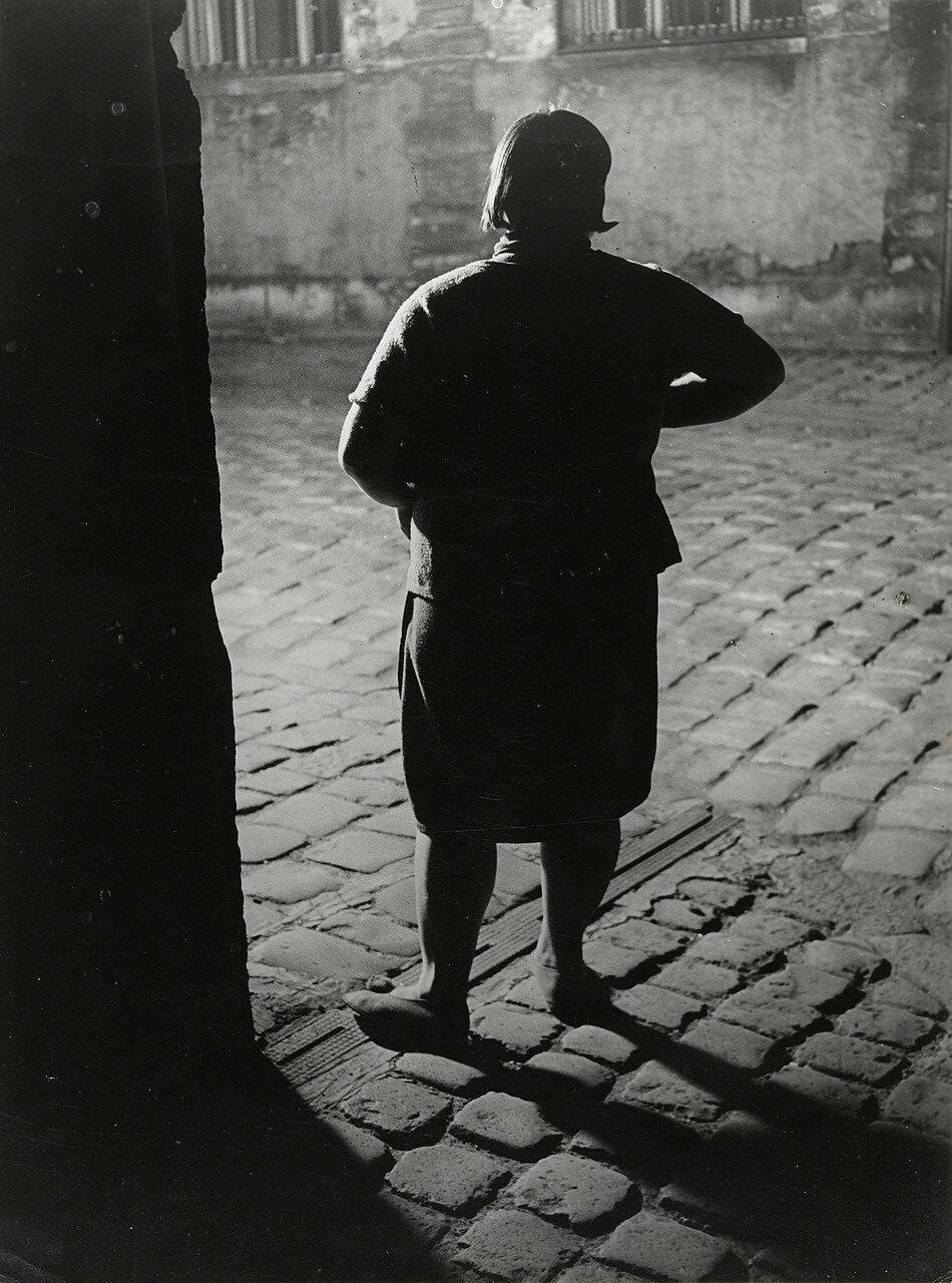 1932. Проститутка возле площади Италии, Париж (вид сзади)