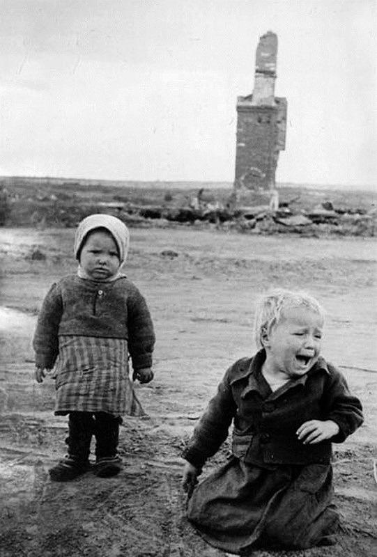 Девочки на фоне разрушенного дома. Белоруссия.