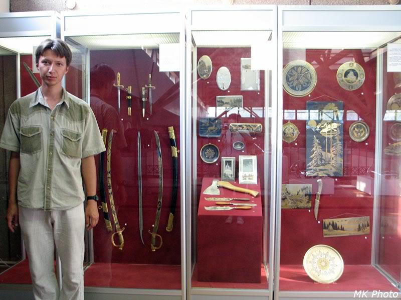 У музейных витрин
