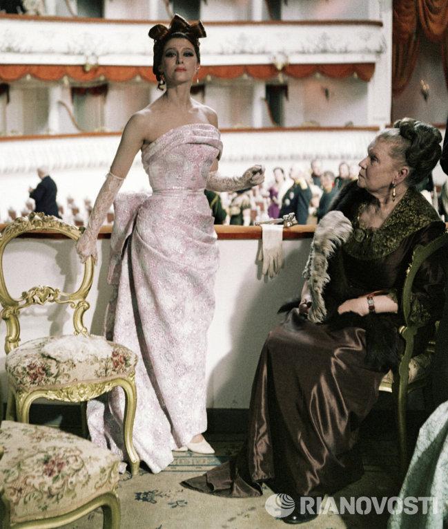1932 Майя Плисецкая в роли княгини Бетси Тверской в фильме Анна Каренина.jpg