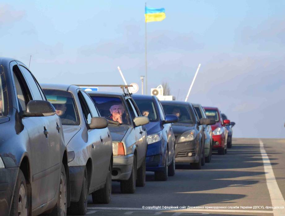 В очередях на КПВВ на линии разграничения в зоне АТО находится около 1000 автомобилей