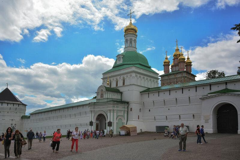 Главный вход в Свято-Троицкую Сергиеву лавру.jpg