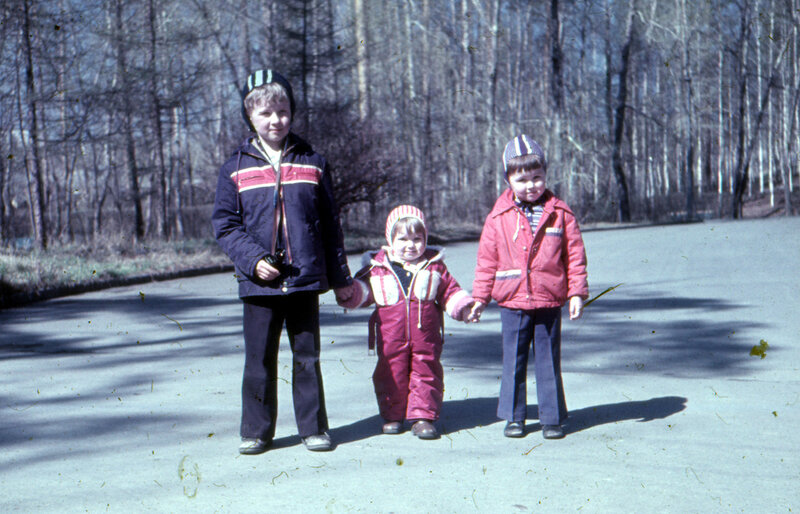 Мы с братом и двоюродной сестрой Светой в парке отдыха Уралмаша, Свердловск, возможно май 1981 г.