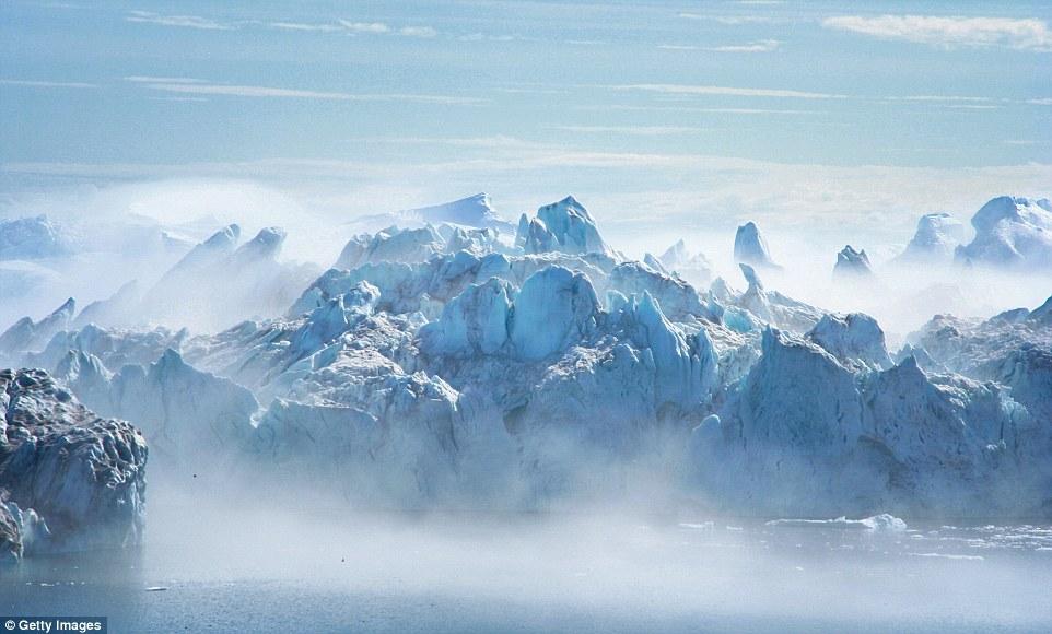 Айсберг на глади Йёкюльсаурлоуна.