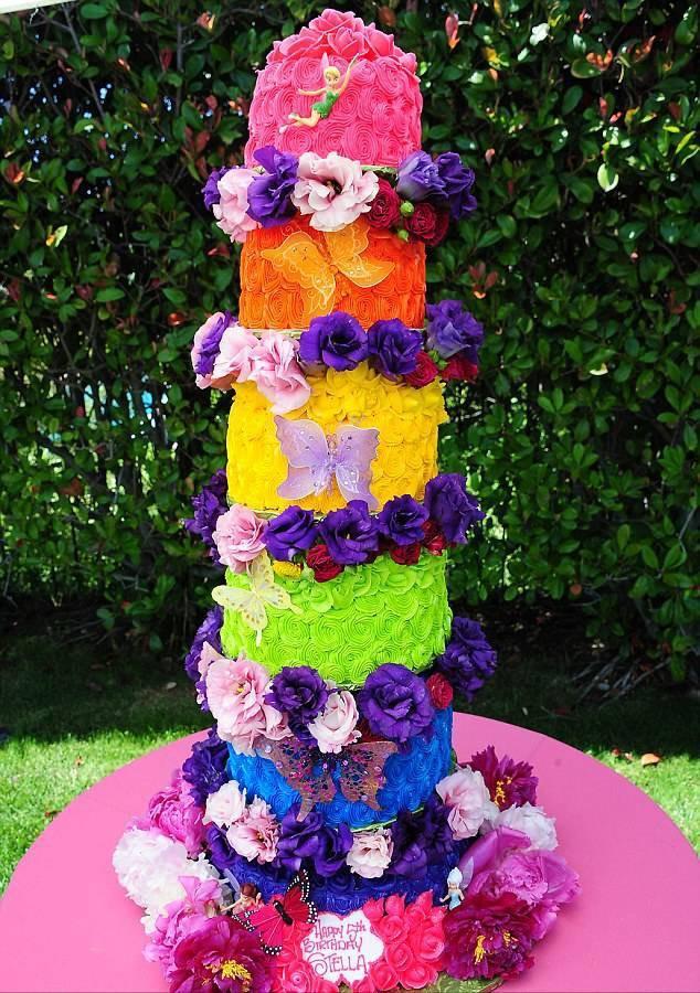 32.Праздничный торт можно назвать настоящим шедевром кондитерского искусства.