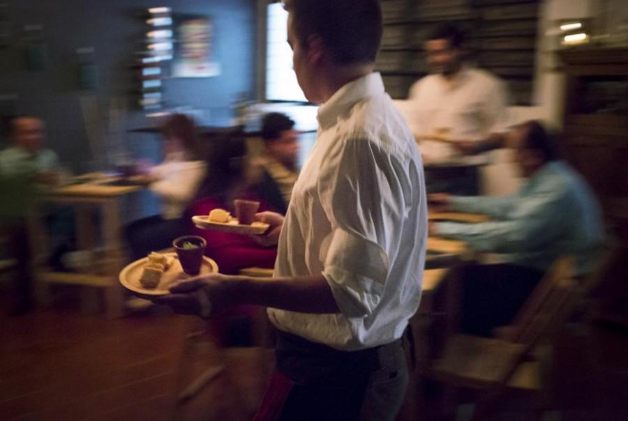 2. Официант подает блюда в ресторане «Ciboulette Prive» в Каракасе.