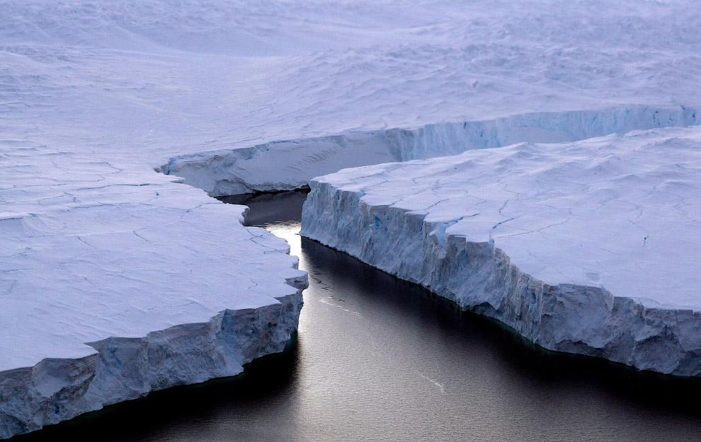 На фотографии ниже — крупный ледник на западе Антарктики — ледник Твейтса — может полностью рас