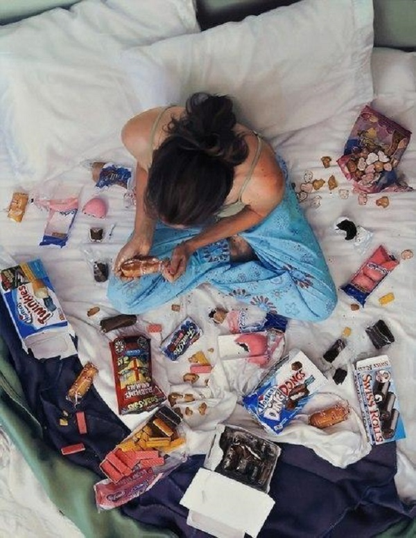 Пища для размышлений: 25 невероятно интимных изображений женщин с едой.