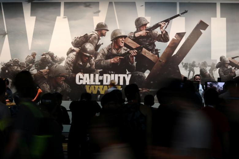 Посетители выставки играют в видеоигры.