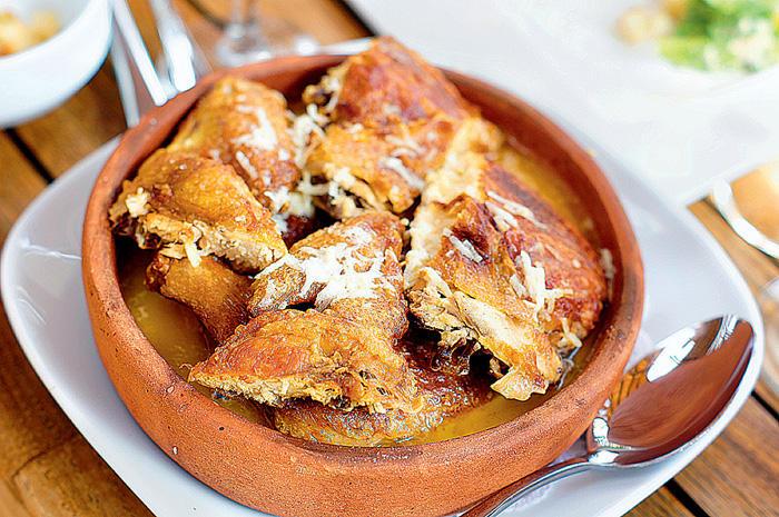 8. Чкмерули — цыпленок, жаренный на сковороде кеци в мацони с чесноком. По способу приготовления нап