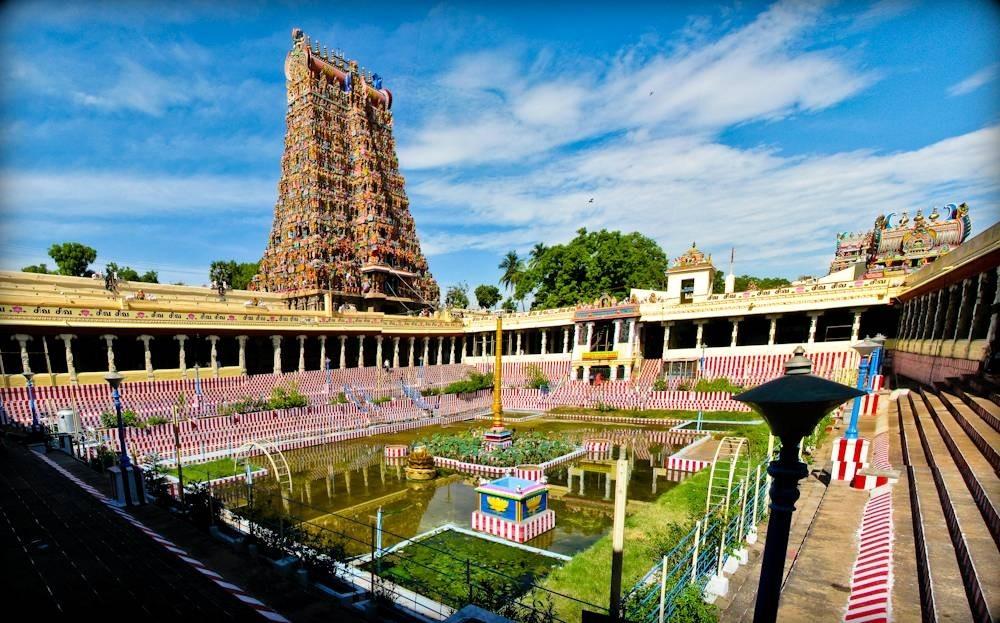 В храме есть внутренний дворик с бассейном, где можно отдохнуть. Рыба здесь не водится, зато с водой