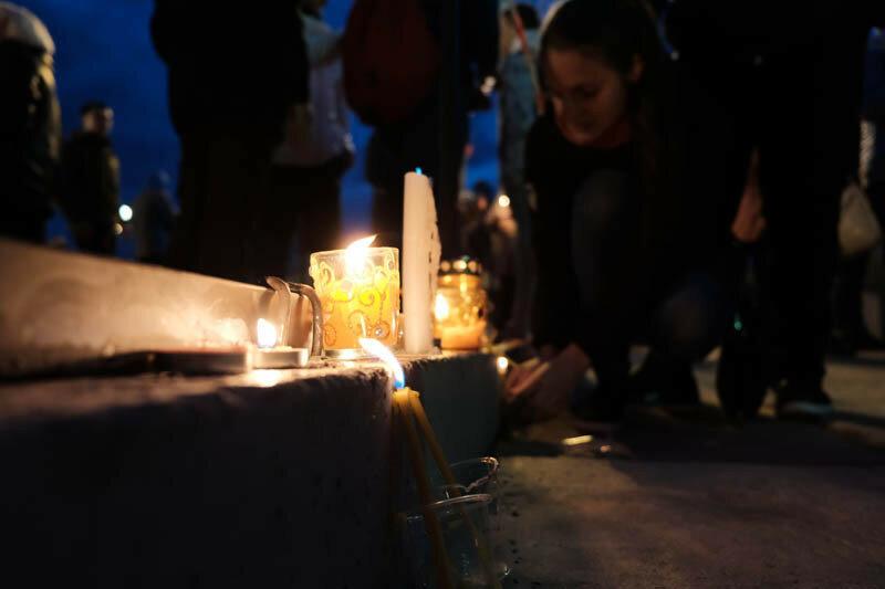 девушка ставящая свечи в память о тех кто воевал