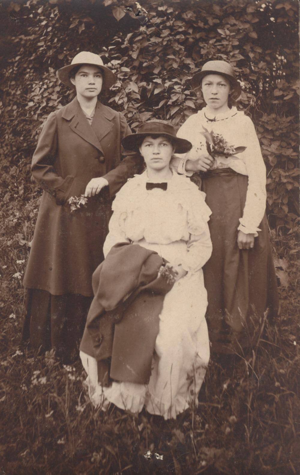 Сад Спасо-Преображенского монастыря. Фотопортрет А.Н. Емельяновой с подругами. 6 июня 1917