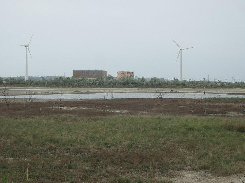 два работающих ветряка на территории бывшей гелиостанции к ЮВ от Щелкино